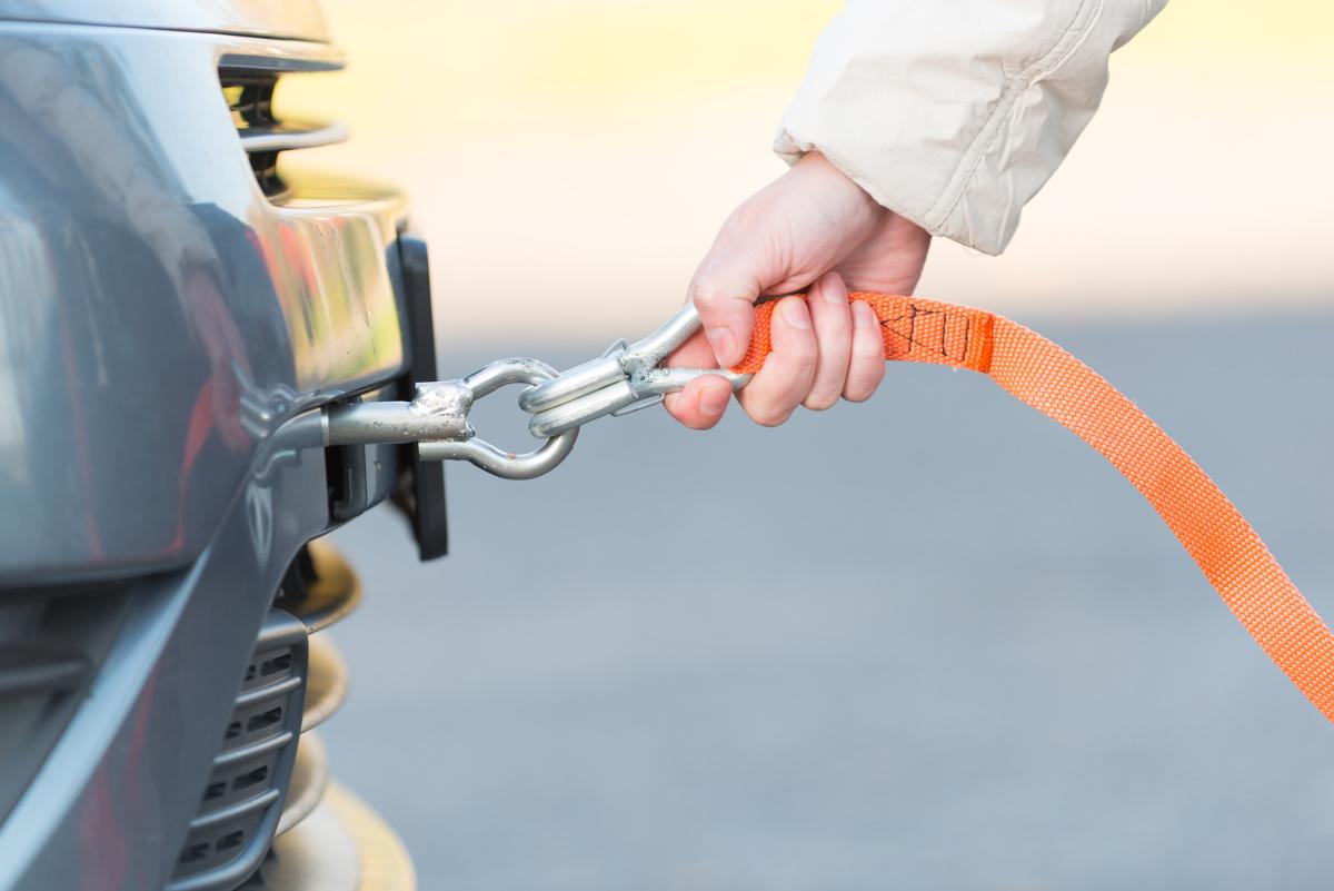 Samochód, jak każda maszyna, z różnych powodów może odmówić posłuszeństwa. Awaria, która unieruchamia nas na trasie kończy się wtedy wezwaniem lawety lub holowaniem przez inny pojazd. Prawidłowe holowanie samochodu to jednak czynność trudniejsza niż może się wydawać. O czym pamiętać, by robić to bezpiecznie i zgodnie z prawem?  Fot. Archiwum
