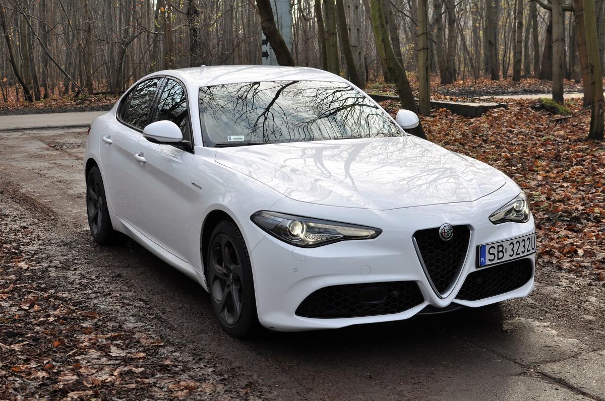 Alfa Romeo Giulia Veloce  Wielka niemiecka Trójca do niedawna brylująca wśród marek segmentu D premium, musi mieć oczy dookoła głowy. Producenci z różnych stron świata mają ochotę zaatakować i odebrać klientów decydujących się na zakup Audi, Mercedesa czy BMW. Ciosy z Azji to Lexus IS oraz Infiniti Q50. Lewy prosty z Wysp Brytyjskich to Jaguar XE. Prawy sierpowy z Półwyspu Apenińskiego nazywa się Alfa Romeo Giulia.  fot. Krzysztof Klucznik