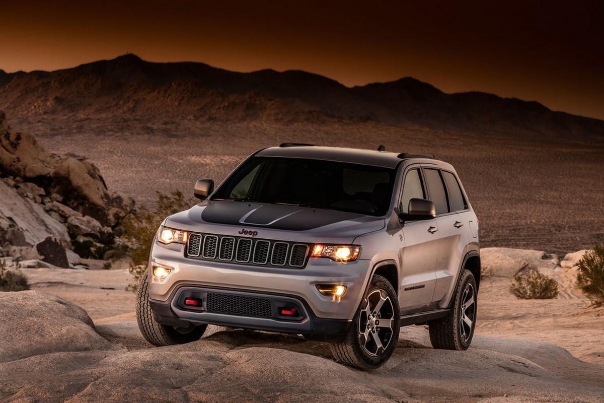 Jeep Grand Cherokee Trailhawk   Spodziewać możemy się m.in. większego prześwitu oraz wzmocnionych felg. Zmodernizowane zostały także zderzaki.  Fot. Jeep