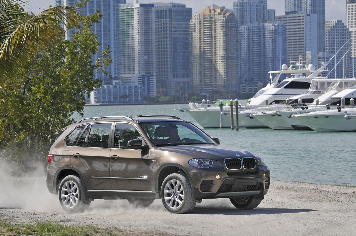 BMW X5 typoszeregu E70, mimo relatywnie wysokich cen na rynku wtórnym, jest bardzo popularnym SUV-em na polskich drogach. Prestiż, osiągi, komfort jazdy i bogate wyposażenie to niewątpliwe argumenty przemawiające za tym autem. Czy można do nich dodać także solidność?  Fot. BMW