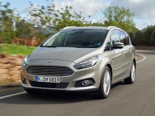 S-Max wyraźnie nawiązuje bryłą do poprzednika, ale przód z dużym wlotem powietrza oraz detale i przetłoczenia nadwozia nie pozostawiają wątpliwości, że mamy do czynienia z nowym samochodem. Po zmianach jego kształty są jeszcze bardziej dynamiczne. Nowości widać również we wnętrzu / Fot. Ford