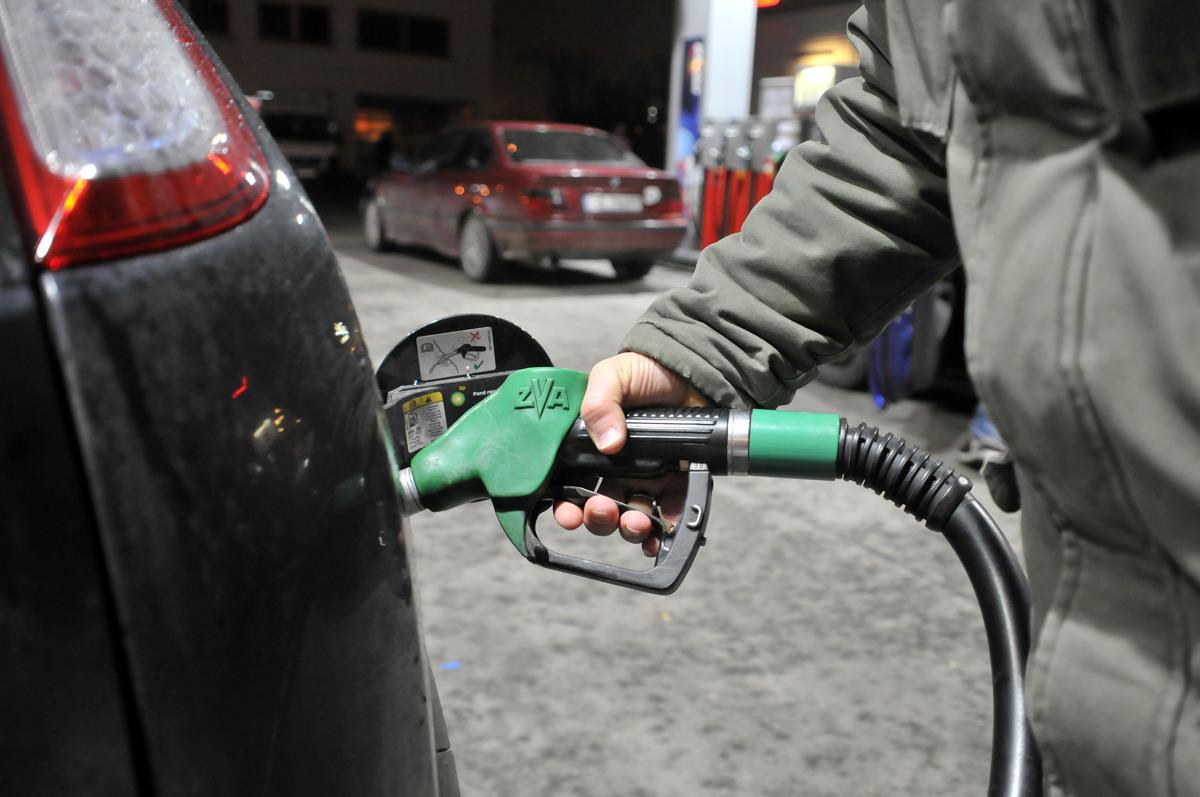 Zespół Picodi.com prześledził zmianę cen benzyny w kilkudziesięciu krajach świata i obliczył, na ile litrów paliwa stać przeciętnego Polaka w 2020 roku.  Fot. Wojciech Matusik
