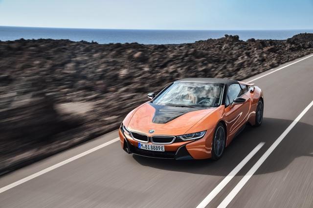 BMW i8  Wariant Coupe jak i Roadster otrzymały zmodyfikowany układ napędowy. Pojemność baterii wzrosła z 7,1 do 11,6 kWh. Jednostka elektryczna z dodatkowym zastrzykiem mocy dostarcza 143 KM i 250 Nm. Bez zmian pozostawiono natomiast trzycylindrowy, spalinowy motor 1,5 l oferujący 231 KM i 320 Nm.  Fot. BMW   Fot. BMW