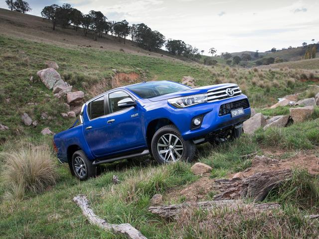 Toyota Hilux  W ofercie funkcjonują 4 silniki - z czego trzy to diesle. 2,5-litrowy motor dysponuje stadem 102 koni, 2.4-litrowy 150 koni, a 2,8-litrowy 177 koni. Benzyniak ma pojemność 2.7 litra i generuje 166 koni mechanicznych.   Fot. Toyota