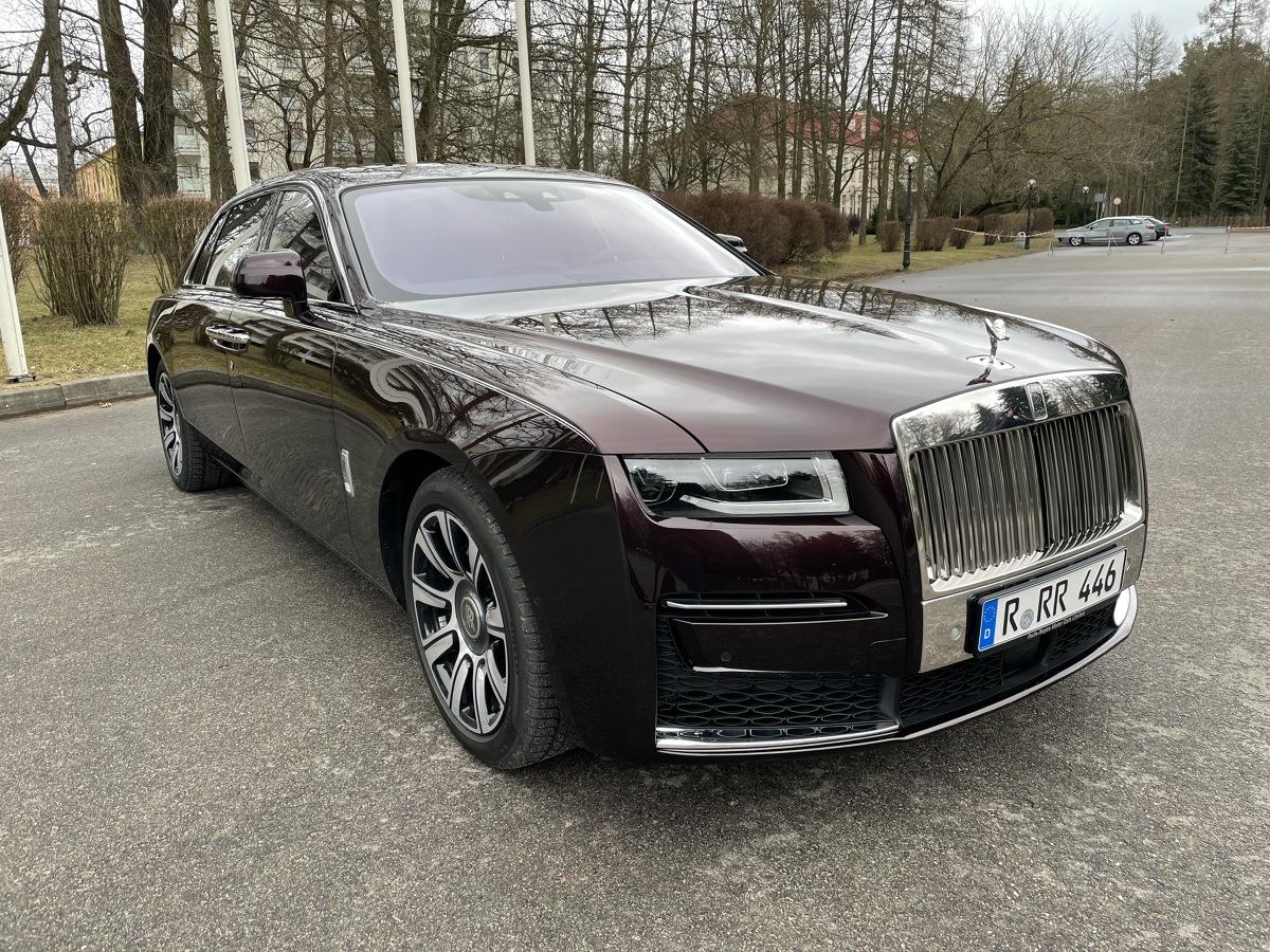 Po krótkich jazdach testowych nowym Rolls Roycem Ghostem, w których brałem udział jesienią, przyszedł czas na nieco bardziej szczegółowe sprawdzenie tego auta. Tym razem do Polski przyjechał egzemplarz w przedłużonej o 17 cm wersji Extended. Fot. Jakub Mielniczak