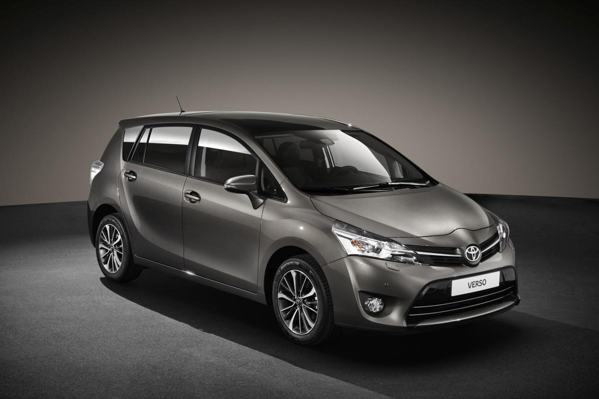 Najważniejszą nowością w Toyocie Verso 2016 jest pakiet systemów bezpieczeństwa czynnego Toyota Safety Sense. Obejmuje on układ zapobiegania kolizjom, układ ostrzegania o niezamierzonej zmianie pasa ruchu i automatyczne światła drogowe / Fot. Toyota
