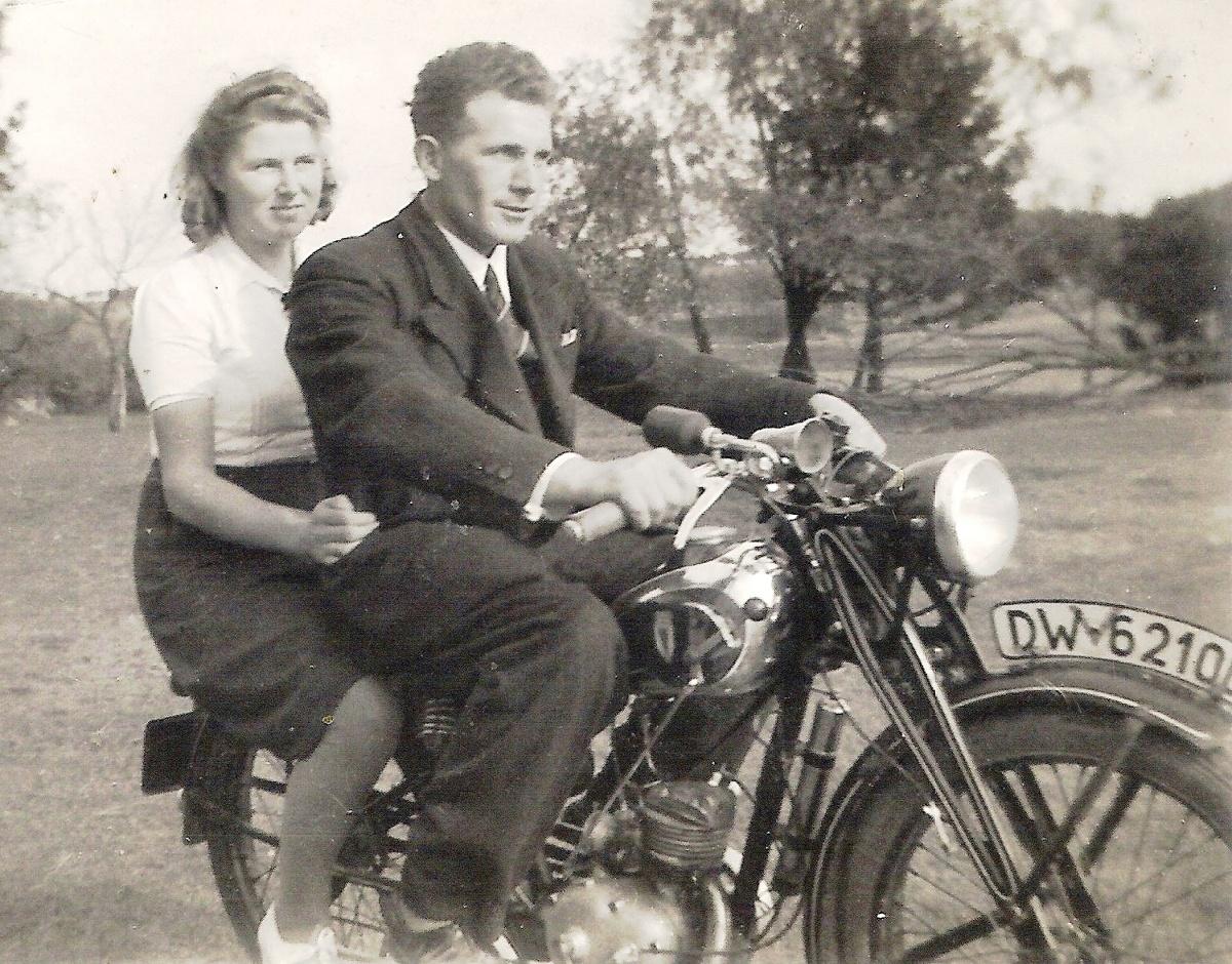 """Bazyli Kotłowski z sąsiadką pozują do zdjęcia na """"dekawce"""" RT 100. Rok 1940 lub 1941. Następcą tego modelu był DKW RT 125 - pierwowzór m.in. naszej SHL M0 4. Fot. Ze zbiorów Gerarda Czaji"""