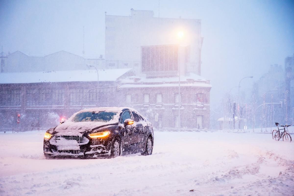 W wielu regionach poniedziałek 18 stycznia był najzimniejszym do tej pory dniem 2021 roku. Kilkunastostopniowe mrozy i opady śniegu sprawiły, że tego dnia kierowcy aż o 200% częściej wzywali assistance – podaje towarzystwo ubezpieczeń Compensa. Do najczęstszych zimowych problemów z autami należą: rozładowany akumulator, zamarznięte drzwi i paliwo oraz opony przebite na zaśnieżonych dziurach w jezdni. Fot. Compensa