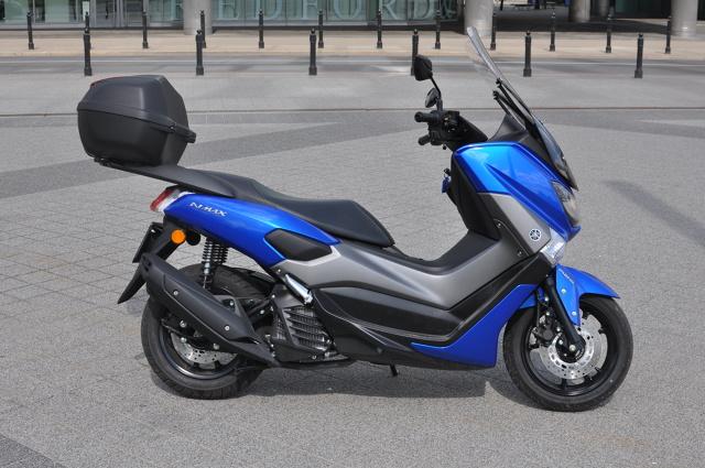 Yamaha NMAX 125 to obok Hondy PCX jeden z najczęściej kupowanych skuterów marek premium. Dylemat, którą z tych, kosztujących podobne pieniądze maszyn wybrać ma wiele osób szukających sprzętu klasy 125 ccm w budżecie do 15 tys. zł. W Motofaktach sprawdzamy, jak popularny skuter Yamahy sprawuje się na co dzień.   Fot. Jakub Mielniczak