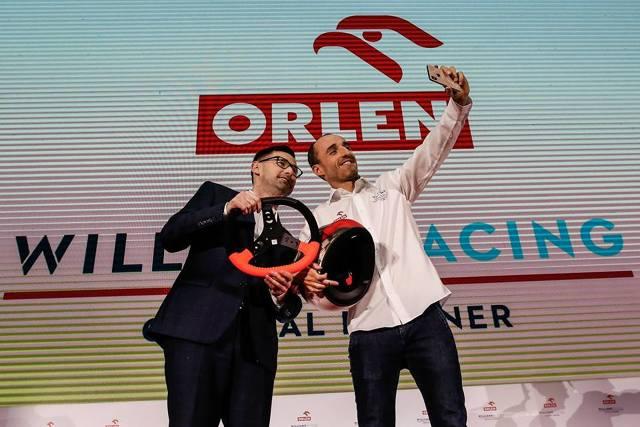 W czasie podpisywania kontraktu z PKN Orlen emocje były naprawdę duże. To trochę tak, jakbym dopiero debiutował w Formule 1 – powiedział Robert Kubica podczas konferencji prasowej w Warszawie, która oficjalnie zainaugurowała współpracę kierowcy teamu Williams z Polskim Koncernem Naftowym.   Fot. PKN Orlen
