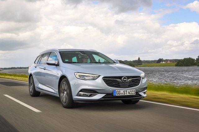 Zamówienia na Insignię Grand Sport i Sports Tourer są przyjmowane dopiero od połowy lutego, a pierwsze egzemplarze flagowego modelu dotarły do salonów sprzedaży pod koniec czerwca. Poziom zamówień przewyższa oczekiwania firmy.   Fot. Opel
