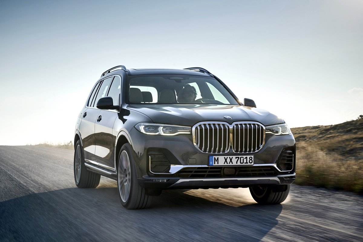 BMW X7  Oferta silników dostępna w chwili rozpoczęcia sprzedaży obejmuje 6-cylindrowy rzędowy silnik benzynowy o mocy 340 KMw BMW X7 xDrive40i (zużycie paliwa w cyklu mieszanym: 9,0 – 8,7 l/100 km; emisja CO2 w cyklu mieszanym: 205 – 198 g/km) i dwa 6-cylindrowe rzędowe silniki wysokoprężne o mocy 265 KM w BMW X7 xDrive30d (zużycie paliwa w cyklu mieszanym: 6,8 – 6,5 l/100 km; emisja CO2 w cyklu mieszanym: 178 – 171 g/km) oraz 400 KM w BMW X7 M50d (zużycie paliwa w cyklu mieszanym: 7,4 – 7,0 l/100 km; emisja CO2 w cyklu mieszanym: 193 – 185 g/km). Wszystkie wersje silnikowe spełniają wymogi normy emisji spalin Euro 6d-TEMP.  Fot. BMW