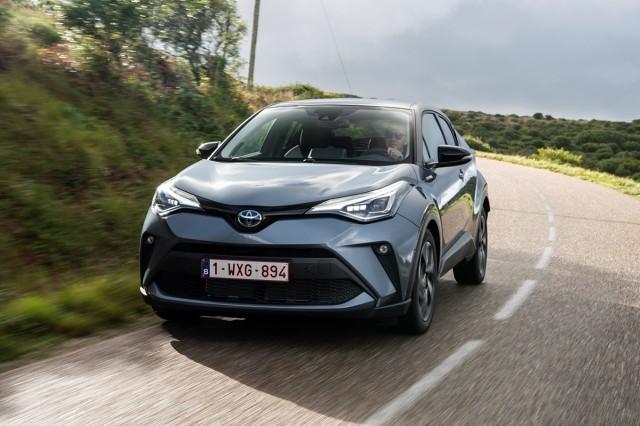 Toyota C-HR  Do gamy napędów dołącza układ 2.0 Hybrid Dynamic Force o mocy 184 KM, który rozpędza crossovera od 0 do 100 km/h w 8,2 s. Jednocześnie w ofercie pozostaje napęd hybrydowy 1.8 o mocy 122 KM – tym samym Toyota C-HR to drugi po nowej Corolli model, w którym marka realizuje strategię oferowania na europejskim rynku dwóch napędów hybrydowych do wyboru. Do gamy Toyoty C-HR należy także 116-konny, benzynowy silnik 1.2 Turbo. Doładowana jednostka współpracuje z 6-biegową manualną skrzynią biegów lub bezstopniową przekładnią Multidrive S, która może przenosić napęd na przednie koła lub na obie osie.  Fot. Toyota