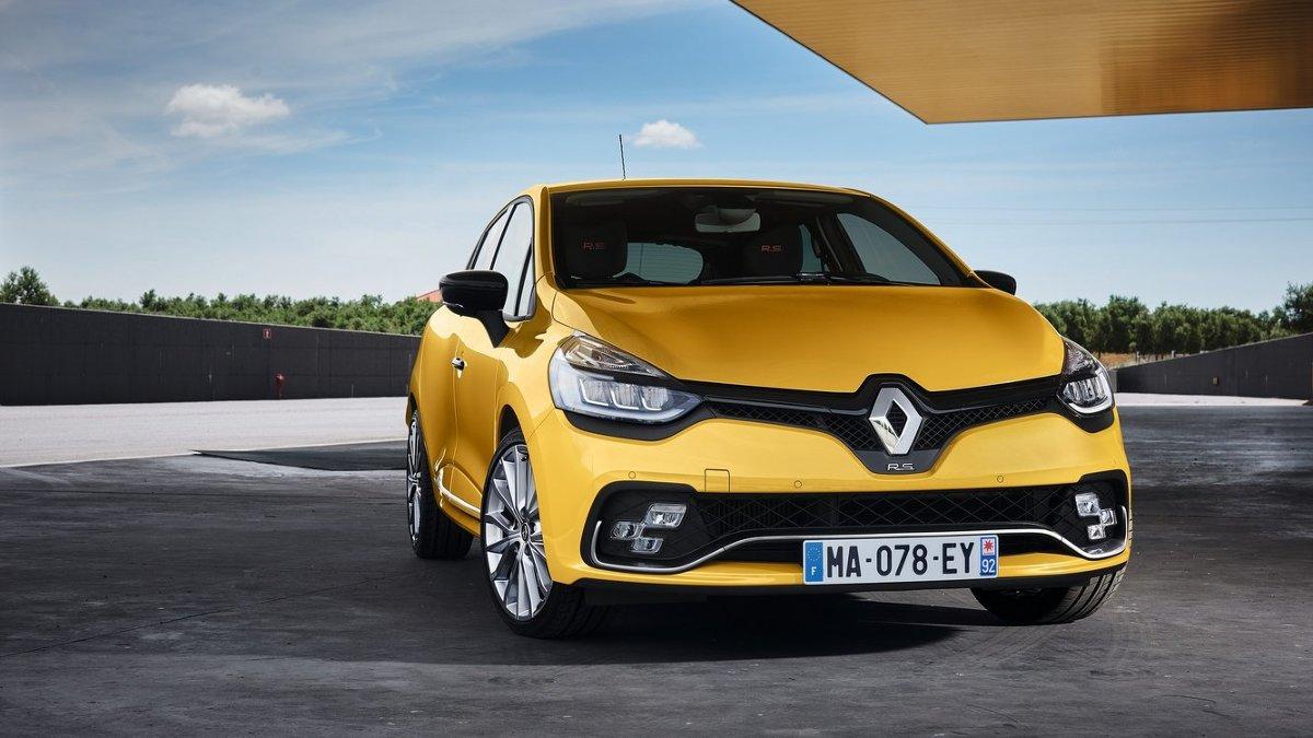 Renault Clio RS  Nabywcy mają do wyboru trzy opcje zawieszenia do wyboru. Oprócz standardowego można wybierać pomiędzy usztywnionym wydaniem Cup lub ekstremalnym Trophy (obniżone o 20 mm z przodu i 10 mm z tyłu).  Fot. Renault