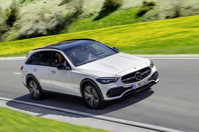 """Mercedes Klasy C All-Terrain  Dla tych, którzy uważają, że konwencjonalne kombi nie nadają się do jazdy w terenie, a SUV-y są zbyt """"podniesione"""", Mercedes-Benz oferuje teraz wszechstronną alternatywę w segmencie Klasy C: Klasę C All-Terrain. Po wprowadzeniu wiosną 2017 r. udanej koncepcji All-Terrain jako Klasy E, nowa Klasa C jest drugim takim kombi.  Fot. Mercedes-Benz"""