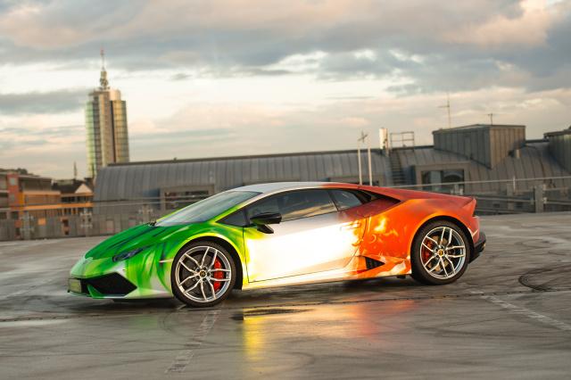 Lamborghini Huracan LP 610-4  Niemiecka firma Print Tech z Monachium podjęła próbę zmodyfikowania Lamborghini Huracan LP 610-4. Na efektowne nadwozie trafiła folia z kolorami układającymi się w motyw włoskiej flagi. Za sprawą różnych odcieni i płynnych przejść między nimi okleina w udany sposób imituje grafikę wykonaną aerografem.  Fot. Print Tech GmbH