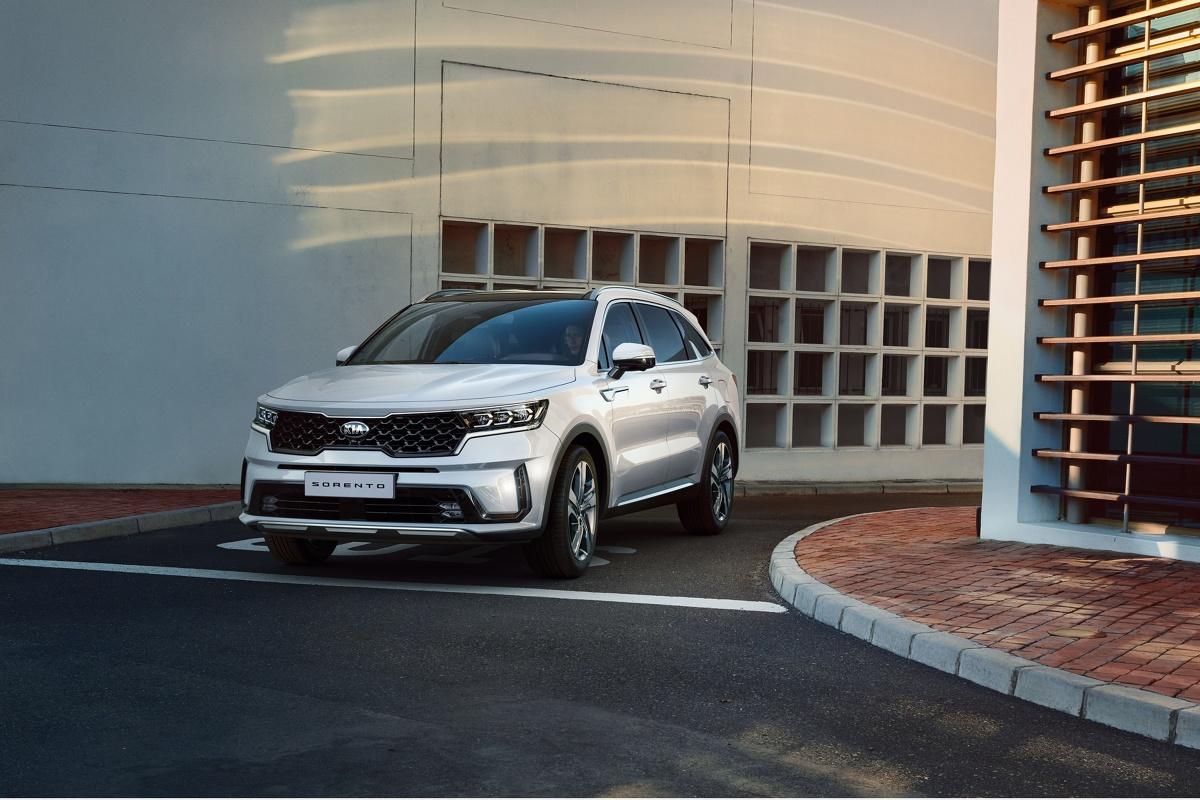 Kia Sorento   Nowe Sorento stoi na szczycie gamy SUV-ów oferowanych przez markę Kia w Europie. Nowa platforma podłogowa jest przystosowana do zastosowania hybrydowych zespołów napędowych, także hybrydowych typu plug-in  Fot. Kia