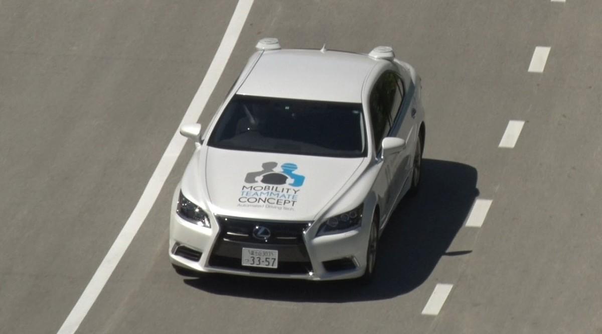 Lexus LS 600h L  Celem Urban Teammate jest automatyczne prowadzenie pojazdu w znacznie trudniejszym środowisku – na zwykłych drogach i w terenie zabudowanym. Wymaga to precyzyjnej obserwacji otoczenia i wykrywania wszelkich przeszkód, łącznie z rowerami i przechodniami. W tym celu system wyposażono nie tylko w GPS i kamery, ale i zaawansowane czujniki takie jak wysokorozdzielczy czujnik laserowy – lidar SPAD oparty na jednofotonowych fotodiodach lawinowych.  Fot. Lexus