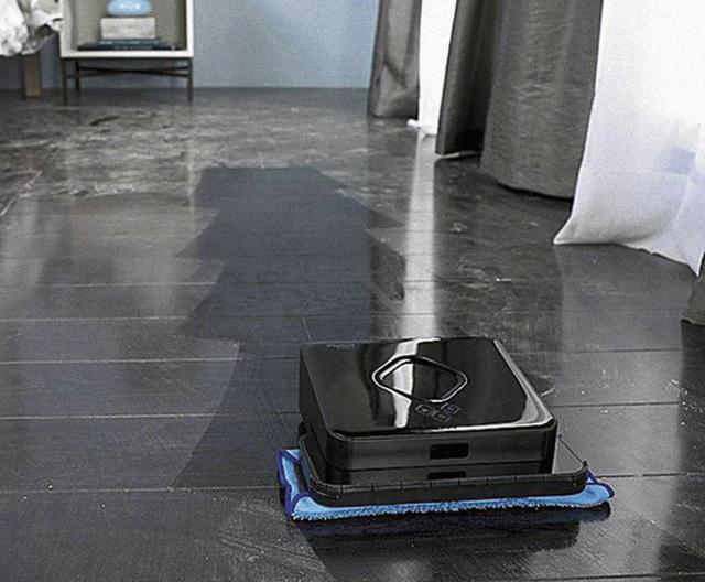 iRobot Braava 380T Tworzy sobie mapę pomieszczenia, po czym zamiata lub ściera na mokro, starannie omijając dywany i wykładziny. Automatyczny mop Braava 380T umyje 32 m2 podłogi szklanką wody. Zwykły mop skręci się ze wstydu! Cena: 1200 zł  Zdjęcia: 123rg, materiały prasowe