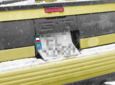 Fot. Express Ilustrowany: Kto ma auto z niestandardowych rozmiarów miejscem na tablicę, może mieć rejestrację albo nieładną (jak na zdjęciu) albo... nielegalną.
