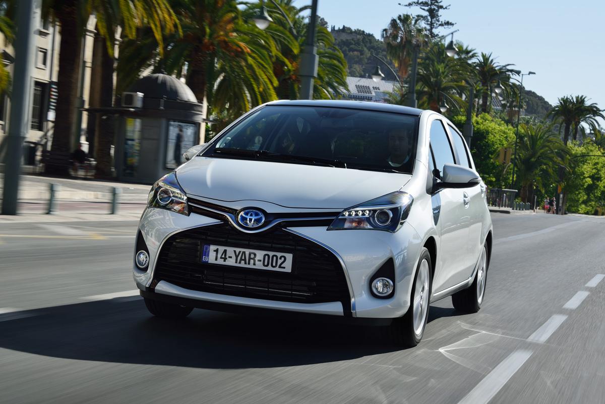 Wkrótce do salonów sprzedaży trafi czwarta generacja miejskiego bestsellera Toyoty. Dla osób szukających w miarę młodego, miejskiego auta to dobry moment, by zainteresować się schodzącym modelem oferowanym od 2011 roku. Czy ogromna popularność Toyoty Yaris III znajduje uzasadnienie w jej trwałości?  Fot. Toyota