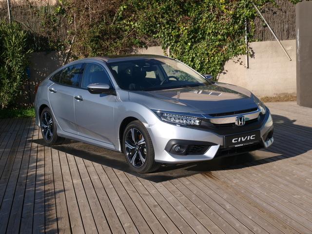 Honda Civic X   Civic dotrzymuje kroku rywalom. Ma małe, ale mocne silniki oraz rozbudowane systemy służące bezpieczeństwu i rozrywce. Różni się od nich wyrazistą stylizacją i mocniejszym naciskiem na sportowe wrażenia.   Fot. Michał Kij