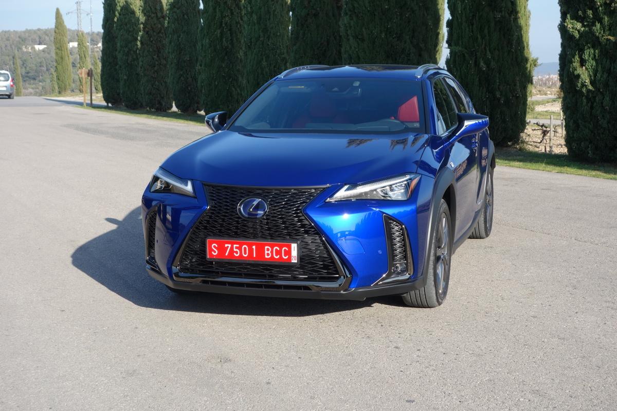 Lexus UX  Nie powinno być dla nikogo zaskoczeniem, że nowego Lexusa UX nie produkuje się z silnikiem wysokoprężnym. Do napędu przewidziano przede wszystkim nowy (czwarta generacja) zespół hybrydowy (model 250h) składający się z nowego, dwulitrowego silnika benzynowego i elektrycznego, albo jak w przypadku napędu na wszystkie koła (E – Four) dwóch silników elektrycznych. Łączna moc tego napędu to 184 KM. W jego skład wchodzą również nowa hybrydowa skrzynia biegów, akumulator trakcyjny i nowa jednostka kontroli mocy.  Fot. Ryszard M. Perczak