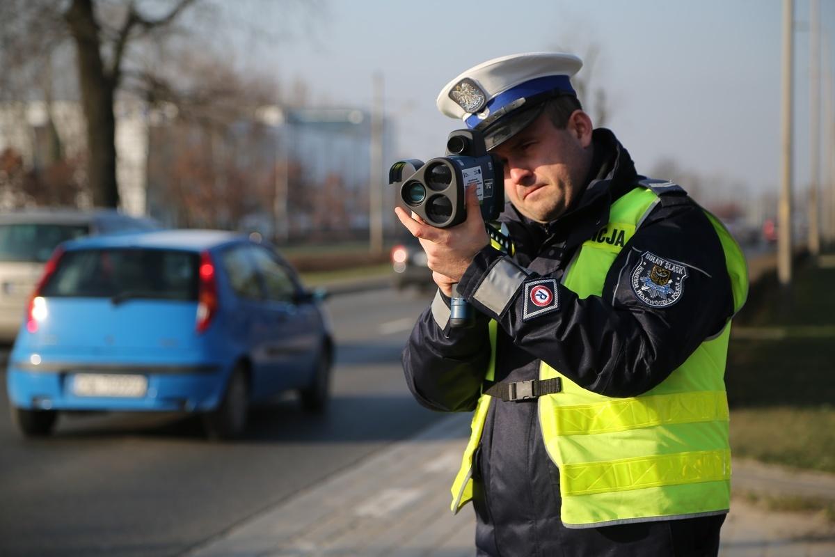 """14 sierpnia 2019 roku Policja przeprowadzi ogólnopolskie działania kontrolo-prewencyjne pod nazwą """"Prędkość"""". Mimo, że nadrzędnym celem działań jest egzekwowanie od kierujących pojazdami przestrzegania obowiązujących ograniczeń prędkości, policjanci mają zwracać uwagę na każde zachowanie niezgodne z prawem.  Fot. Tomasz Hołod"""