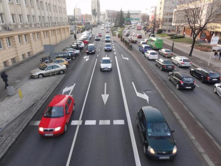 Kierowcy częściej przekraczają dozwoloną prędkość w miastach niż poza nimi