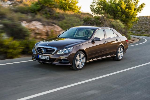 Historia Mercedesa w ostatnich 30 latach ma swoje jasne i ciemne strony. Kiedy powszechnie szanowane modele takie jak W124, czy W140 zeszły ze sceny i przyszły znienawidzone przez wielu W210 i W220, opinia o marce nieco podupadła. Od połowy pierwszej dekady XXI wieku Mercedes pracuje nad powrotem do wizerunku znanego z czasów wcześniejszych. Jednym z modeli, który miał pomóc wrócić do pełni chwały była klasa E W212. Na ile jej się to udało?  Fot. Mercedes-Benz