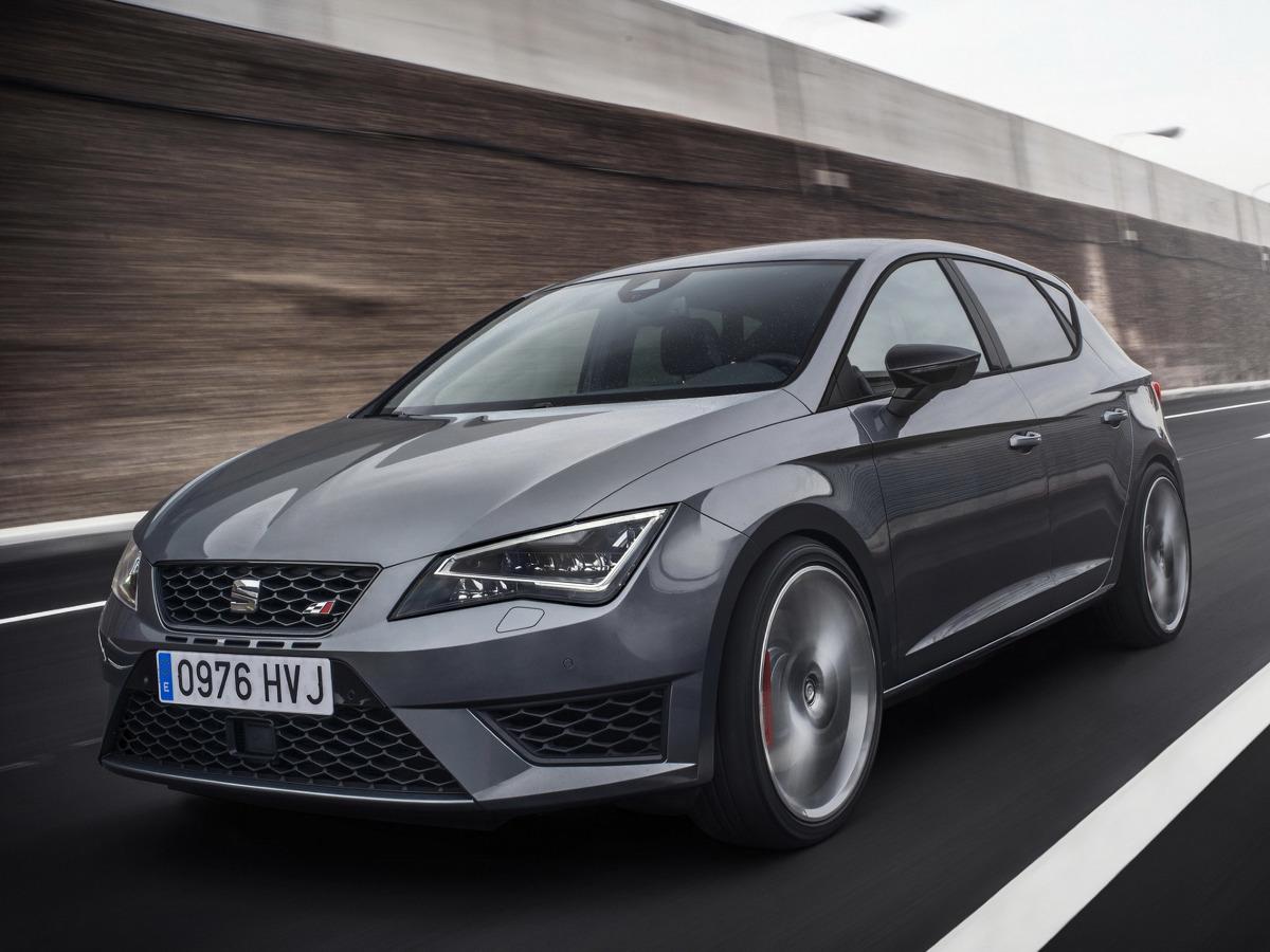 Seat Leon Cupra.  Silnik TSI z bardzo czułym turbodoładowaniem został wyposażony w zintegrowany z głowicą cylindra kolektor wydechowy, który jest częścią innowacyjnego układu termicznego. Zmodyfikowano również aluminiowe tłoki i łożyska, co pozwoliło na jeszcze mocniejsze ograniczenie tarcia. Deklarowane zużycie paliwa to 6,6 litra, a emisja CO2 została ograniczona do 149 g/km.   Fot. Seat