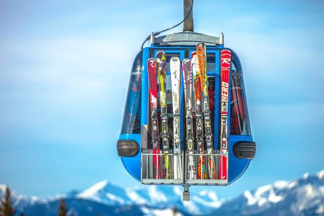 Spakowanie całej rodziny na tygodniowy wypoczynek to nie lada wyzwanie. Zwłaszcza, jeżeli mówimy o wyjeździe na narty lub snowboard. Ubrania zajmują dużo miejsca, dochodzi sprzęt i to, co zapewni nam rozrywkę podczas długich zimowych wieczorów. Kosmetyczka powinna być apteczką, a pominięcie bielizny termicznej może skończyć się odmrożeniem. Co więc musimy wziąć i jak pomieścić to w przeciętnej wielkości samochodzie osobowym?   Fot. materiał partnera zewnętrznego