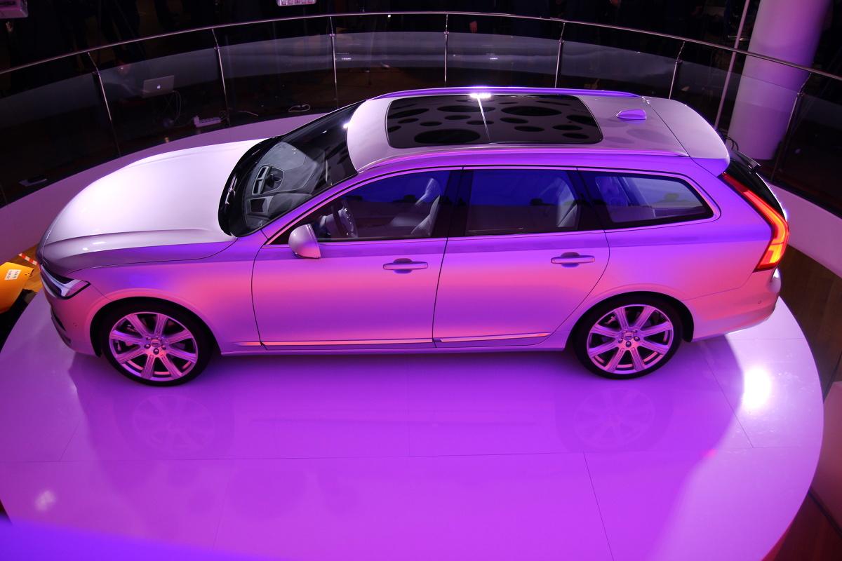 Volvo V90  Volvo V90 oferowane jest w czterech wersjach wyposażenia: Kinetic, Momentum, Inscription i R Design. W podstawowym wariancie  znajdziemy m.in. aktywny tempomat i stsem rozpoznawania znaków drogowych. Należy podkreślić, że wersja Kinetic i R Design będą oferowane od połowy listopada. W tym czasie do sprzedaży trafi także hybryda.   Fot. Motofakty.pl