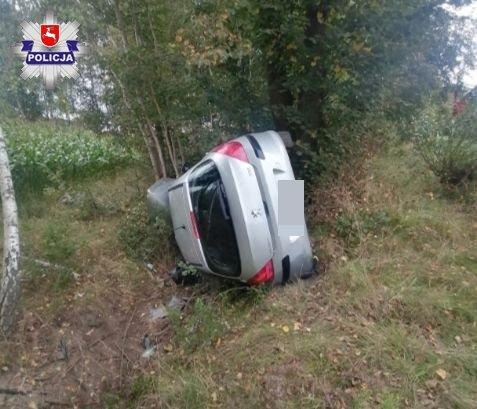 Do nietypowego zdarzenia doszło na trasie Żuków – Krasówka w gminie Włodawa. 23-letnia kobieta podróżując autem marki Peugeot straciła panowanie nad pojazdem i wypadła z drogi. Nie byłoby nic nadzwyczajnego w tym zdarzeniu gdyby nie to, że kobieta straciła panowanie nad kierownicą, ponieważ rozkojarzyła ją … mucha, która wleciała prze otwartą szybę do auta. Fot. Policja