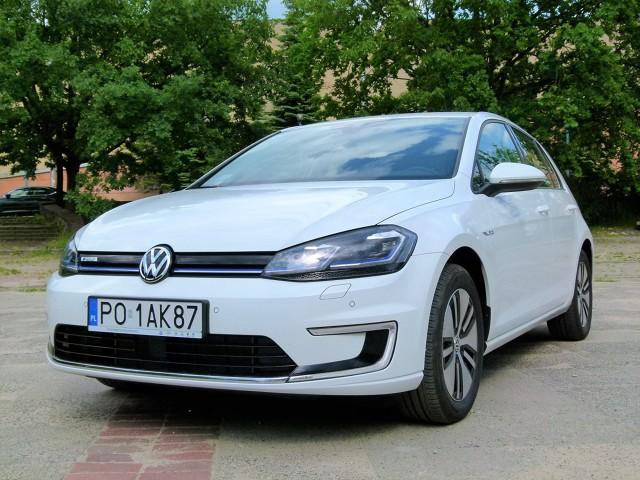 Volkswagen e-Golf - test  Samochody z napędem elektrycznym to wciąż na świecie egzotyka, choć takie są już produkowane przez duże koncerny. Przykładem jest Volkswagen, który w typową konstrukcję Golfa wmontował kompletny układ napędowy zasilany prądem elektrycznym.  fot. Ryszard M. Perczak