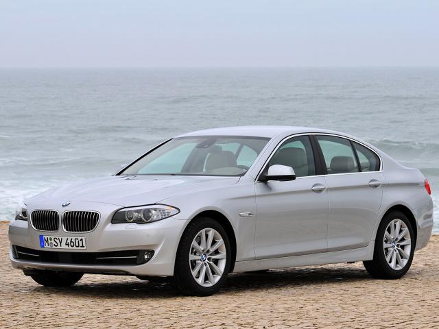 BMW Serii 5 (2010 - 2013 )  BMW 5 F10 to samochód o dwóch różnych obliczach. Jeśli jest sprawny ujmuje dynamiką, precyzją prowadzenia i komfortem jazdy, poziomem bezpieczeństwa. Niestety, zawodzi często i potrafi szybko zepsuć dobry nastrój.   Fot. BMW
