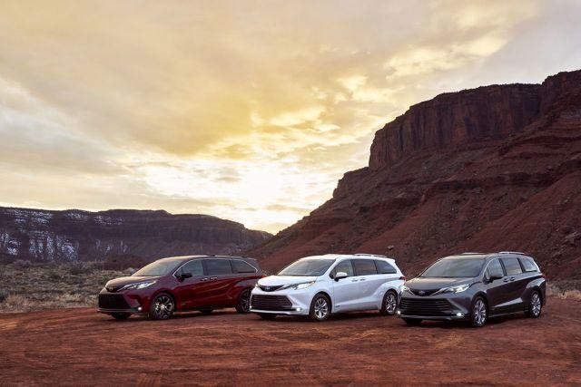 Toyota Sienna   Nowa Sienna została zaprojektowana przez Calty Design, czyli amerykańskie studio designu Toyoty, na platformie TNGA-K, czyli tej samej co RAV4 oraz Camry. Jest napędzana układem hybrydowym czwartej generacji o mocy 246 KM z 2,5-litrowym silnikiem benzynowym. Układ pozwala wybrać jeden z czterech trybów jazdy – EV, NORMAL, ECO i SPORT. Napęd na cztery koła opiera się na dodatkowym silniku elektrycznym przy tylnej osi, który współpracuje z napędem hybrydowym na przednie koła.  Fot. Toyota