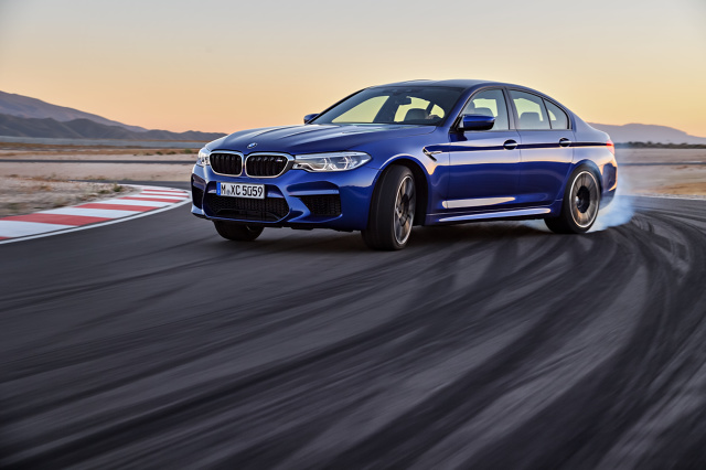 Nowe BMW M5  Wraz z nowym M5 BMW M GmbH wchodzi na nowe tereny: po raz pierwszy sportowa limuzyna będzie wyposażona w napęd na cztery koła. Tym samym BMW M5 zyska na funkcjonalności w codziennej eksploatacji na każdej nawierzchni. Jednocześnie konsekwentnie kontynuuje tradycje luksusowej czterodrzwiowej limuzyny biznesowej o wyścigowym potencjale zapoczątkowane w roku 1984 wraz z pierwszym BMW M5.  fot. BMW