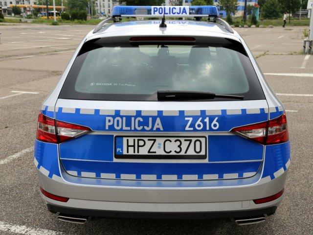 Policjanci z Wydziału Ruchu Drogowego Komendy Stołecznej Policji rozpoczęli przygotowania do wakacji na drogach. W walce z kierowcami łamiącymi przepisy mają pomóc nowe radiowozy, które kilka dni temu trafiły do komendy stołecznej.  Fot. Policja.pl