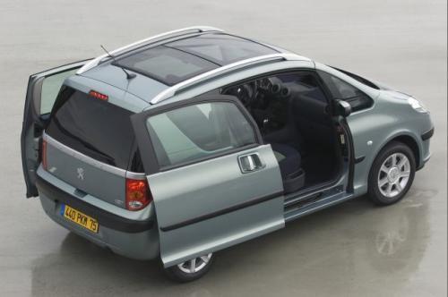 Fot. Peugeot:  Przesuwane i elektrycznie sterowane drzwi  Peugeota 1007.