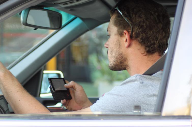 Pisanie SMS-ów za kierownicą - zobacz na filmie, jak to się kończy
