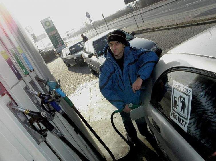 Walczą o niższe ceny paliw, grożą blokadą dróg na Euro 2012