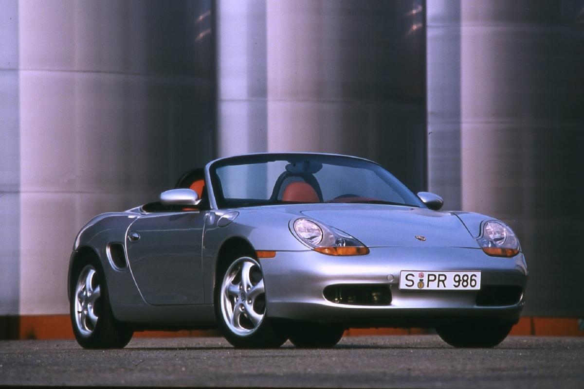 """W momencie debiutu niektórzy uznali je za """"gorszego"""" krewniaka modelu 911. Po latach stanowi jednak jeden z najtańszych sposobów na wejście do magicznego świata Porsche. W Motofaktach sprawdzamy, jak sprawuje się używany 986 Boxster i które jego wersje są godne polecenia.   Fot. Archiwum"""