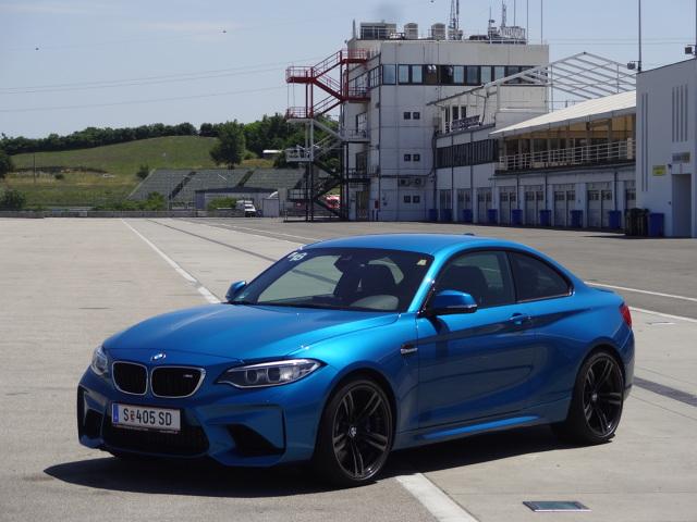 """BMW M2 Coupe    W porównaniu do podstawowej """"dwójki"""", auto jest nieco szersze - z przodu rozstaw kół wzrósł o 64 mm, a z tyłu o 71 mm, ale wizualnie wersja M niewiele różni się od """"cywilnej"""".   Fot. Tomasz Szmandra"""