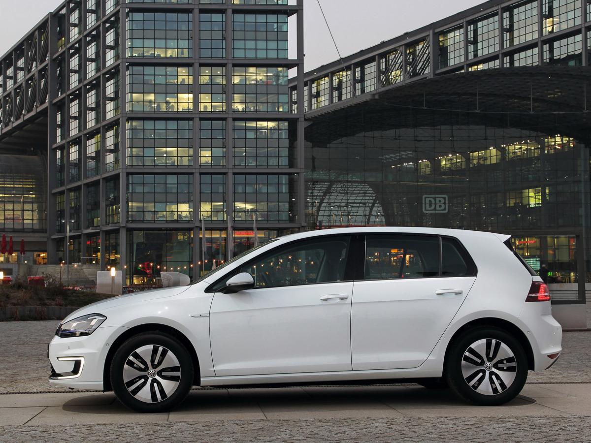 Volkswagen e-Golf   Wymiana baterii to jednak nie jedyna ze zmian, która czeka Volkswagena e-Golfa. Samochód miałby dostać także mocniejszy silnik elektryczny. Obecnie generuje on 115 KM.  Fot. Volkswagen