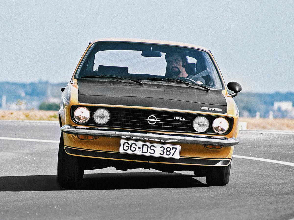Czy mały sportowy Opel obrósł legendą? Raczej utył od anegdot na swój temat. Jaka jest największa część Manty? Biust pasażerki. A jaka najmniejsza? Mózg kierowcy. Dla Niemców posiadacz Manty był tak barwną postacią, jak dla nas blondynka czy policjant / Fot. Opel