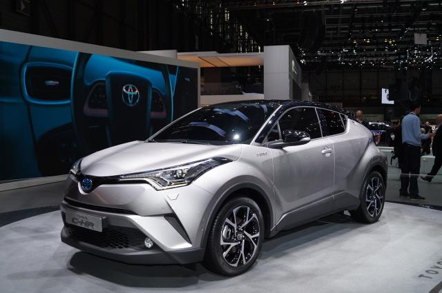 Toyota CH-R   Nowy hybrydowy układ napędowy, który C-HR dzieli z nowym Priusem, zapewnia moc 122 KM. Toyota C-HR jest też dostępna z nowym silnikiem 1.2 Turbo o mocy 116 KM (85 kW), który zadebiutował w modelu Auris.   Fot. Tomasz Szmandra