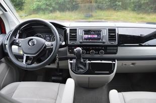 Volkswagen California   California oferowana jest z dwoma 2-litrowymi silnikami - benzynowym i wysokoprężnym. Oba są turbodoładowane oraz z bezpośrednim wtryskiem paliwa. I oba występują w kilku zakresach mocy. Wśród wersji wysokoprężnych najmocniejszym wariantem jest silnik o mocy 204 KM (z podwójnym doładowaniem). Właśnie w taką jednostkę, skonfigurowaną z siedmiostopniową dwusprzęgłową przekładnię DSG, wyposażone było auto testowe.  Fot. Wojciech Frelichowski