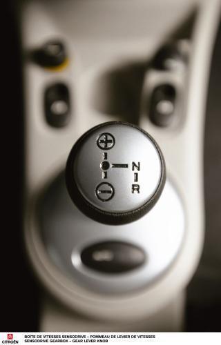 """Fot. Citroen: Biegi można zmieniać dźwignią w trybie sekwencyjnym – w jednej płaszczyźnie (""""+"""" – bieg wyższy, a """"-"""" bieg niższy) lub przełączyć na tryb automatyczny. Wtedy przełożenia zmieniane są samoczynnie."""