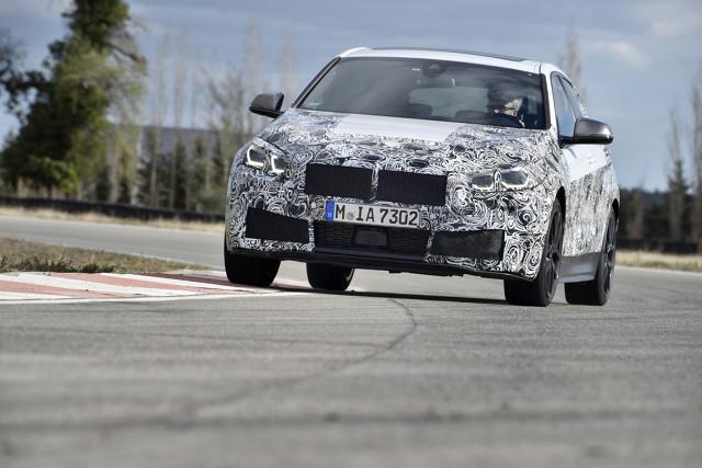 BMW Serii 1   Na torze testowym BMW w Miramas w południowej Francji trwają obecnie jazdy testowe zamaskowanych przedseryjnych BMW serii 1 trzeciej generacji. Auto ma posiadać napęd na przód.   Fot. BMW
